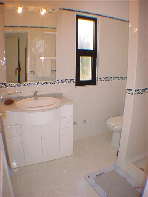 Casa oscar algarve zwembad airconditioning strand dichtbij - Ouderlijke suite met badkamer en kleedkamer ...